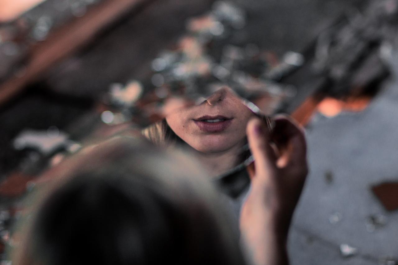 mimpi melihat cermin retak